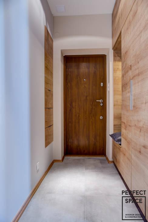 Mieszkanie dla singla: styl , w kategorii Korytarz, przedpokój zaprojektowany przez Perfect Space