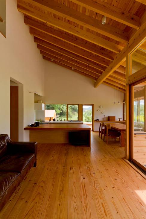 Livings de estilo  por エイチ・アンド一級建築士事務所 H& Architects & Associates