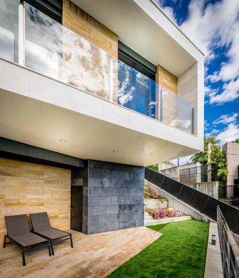 بلكونة أو شرفة تنفيذ 08023 Architects