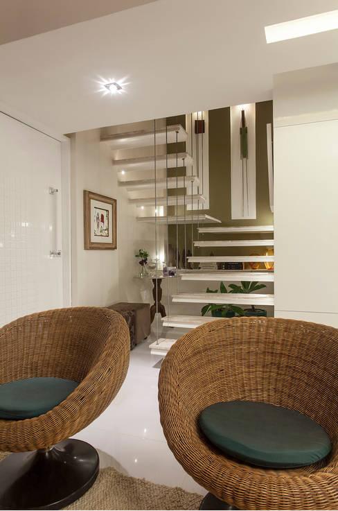 Pasillos y hall de entrada de estilo  por Maria Julia Faria Arquitetura e Interior Design