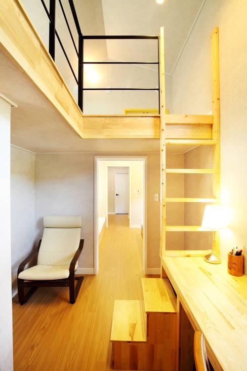 Projekty,  Domowe biuro i gabinet zaprojektowane przez 주택설계전문 디자인그룹 홈스타일토토