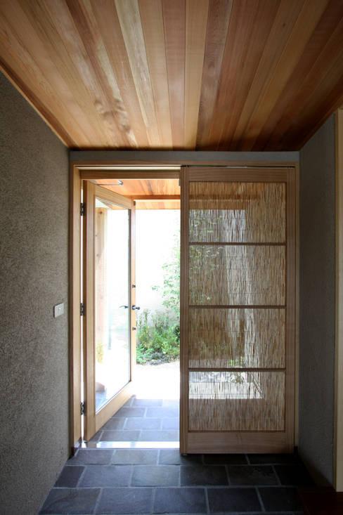 Pasillos y vestíbulos de estilo  por C-design吉内建築アトリエ