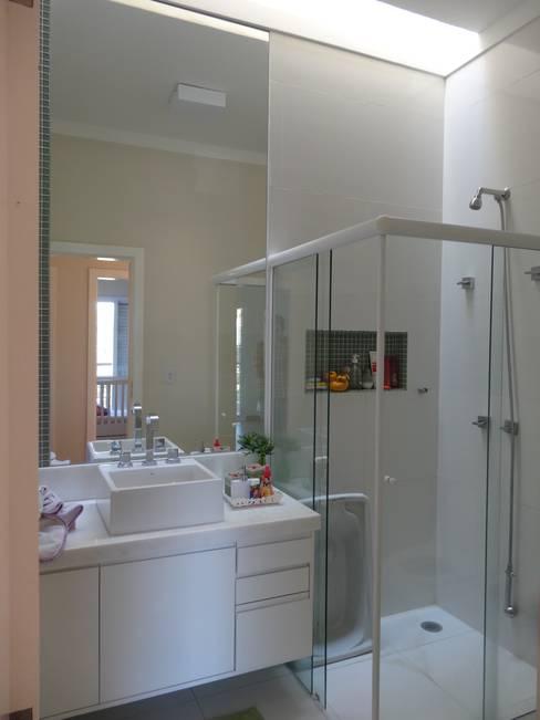 Ванные комнаты в . Автор – Lozí - Projeto e Obra