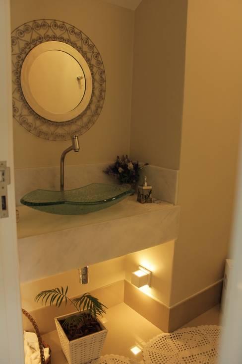 Casa VR: Banheiros  por Lozí - Projeto e Obra