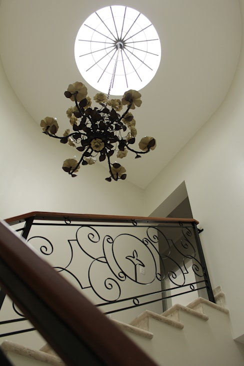 Casa VR: Corredor, vestíbulo e escadas  por Lozí - Projeto e Obra