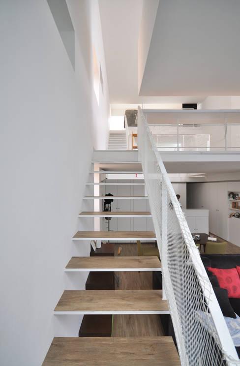 Pasillos y vestíbulos de estilo  por 門一級建築士事務所