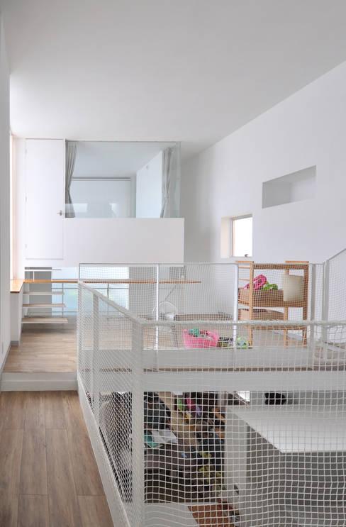 Salas de entretenimiento de estilo  por 門一級建築士事務所