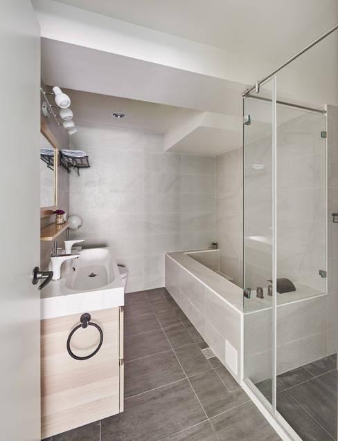 Baños de estilo  por 思維空間設計