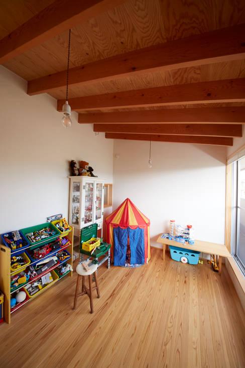 Dormitorios infantiles de estilo  de 一級建築士事務所co-designstudio