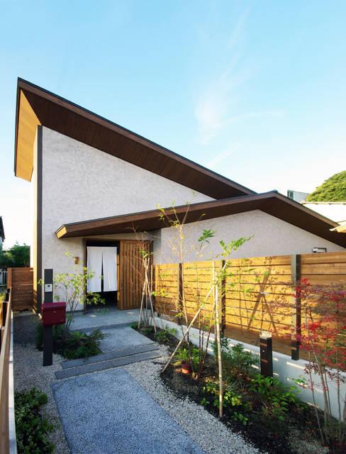 Casas  por アトリエ イデ 一級建築士事務所
