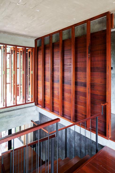 Projekty,  Korytarz, hol i schody zaprojektowane przez บริษัท สถาปนิกชุมชนและสิ่งแวดล้อม อาศรมศิลป์ จำกัด
