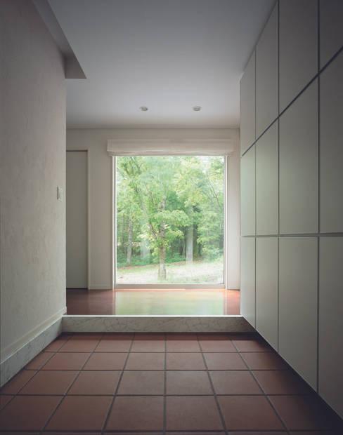 Pasillos y vestíbulos de estilo  por Mアーキテクツ|高級邸宅 豪邸 注文住宅 別荘建築 LUXURY HOUSES | M-architects