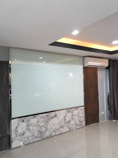Renovate บ้านเดี่ยว 3 ชั้น:  ตกแต่งภายใน by สายรุ้งรีโนเวท