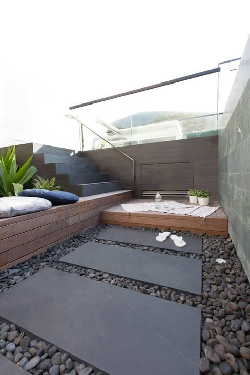 Jardines de estilo  por Sensearchitects Limited
