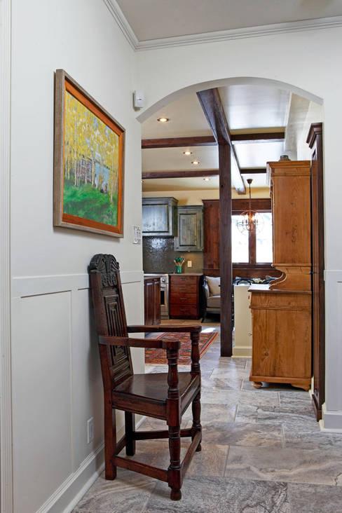 Winnipeg Summer home:  Corridor & hallway by Unit 7 Architecture