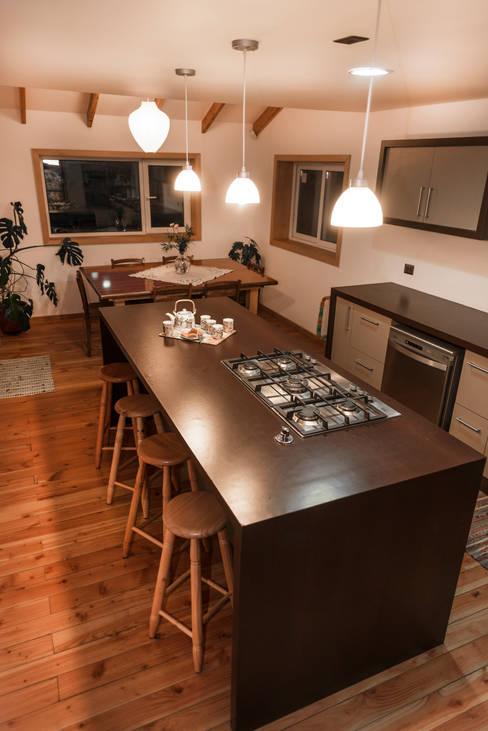 Cocina abierta con Isla: Cocina de estilo  por Almazan Arquitectura y Construcción