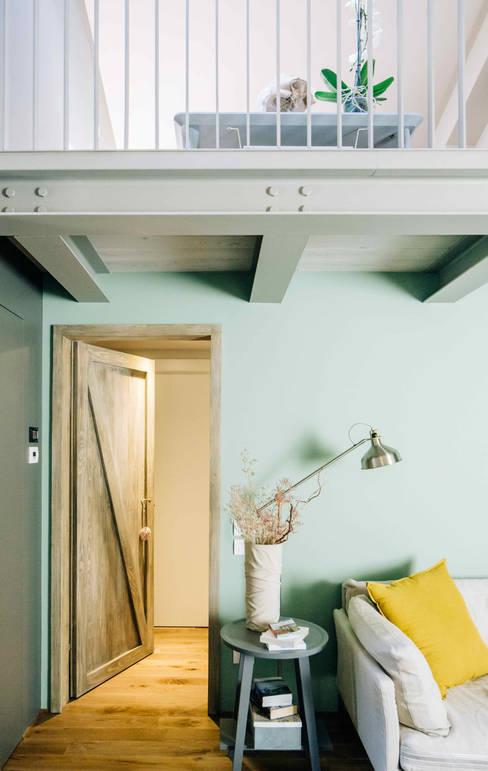 CASA T: Soggiorno in stile  di Studio Perini Architetture