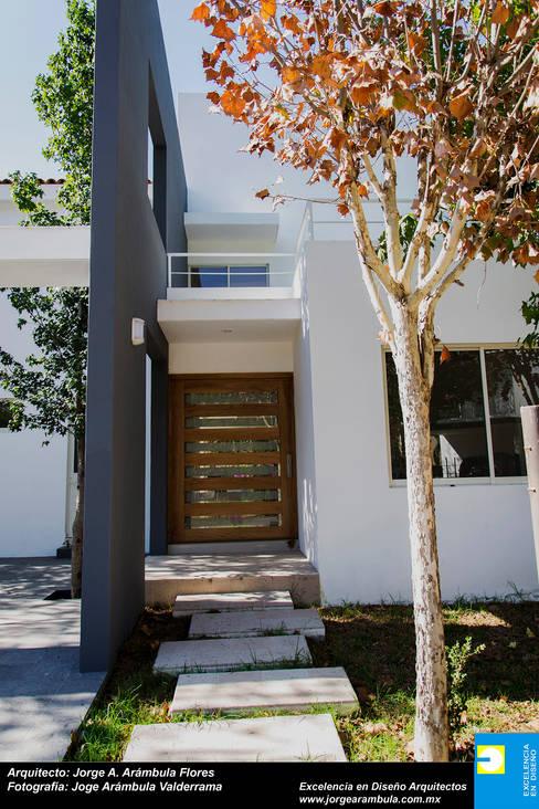 PUERTA DE INGRESO PRINCIPAL: Casas de estilo  por Excelencia en Diseño