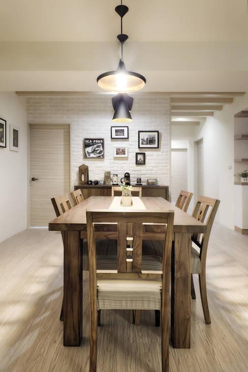 Dining room by 唯創空間設計公司