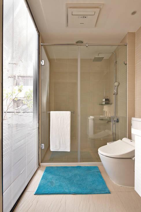光影交錯的穿透樓梯,屬於都會的樂活休閒宅:  浴室 by 合觀設計