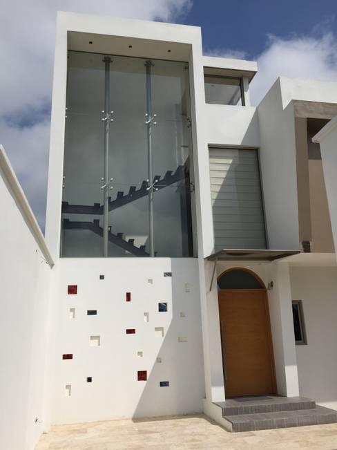 Fachada Principal: Casas de estilo  por Cahtal Arquitectos