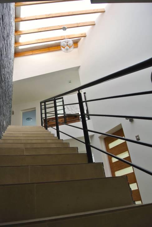 Casa Lomas: Pasillos y hall de entrada de estilo  por AtelierStudio