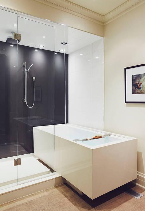 Cantilevered Bathtub:  Bathroom by Douglas Design Studio