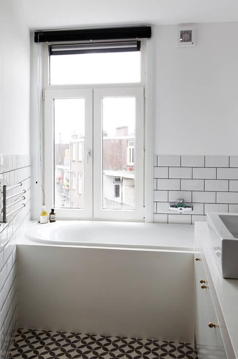 BAARSJES RENOVATION:  Badkamer door Kevin Veenhuizen Architects
