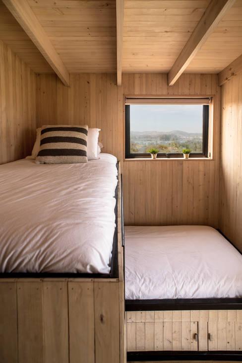 The Folding House: Comedores de estilo  por B+V Arquitectos
