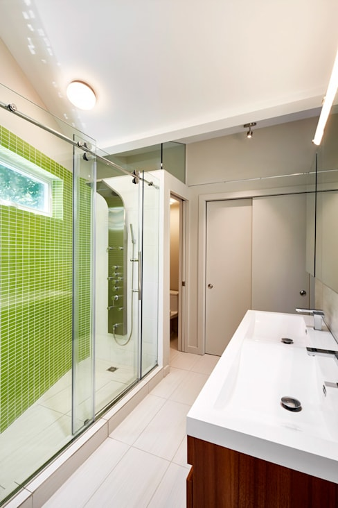 Lake House:  Bathroom by KUBE Architecture