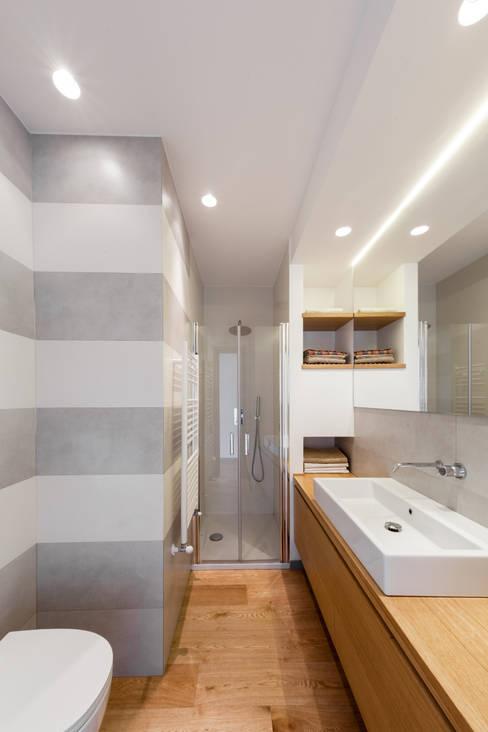 bagno ragazzi: Bagno in stile  di M2Bstudio