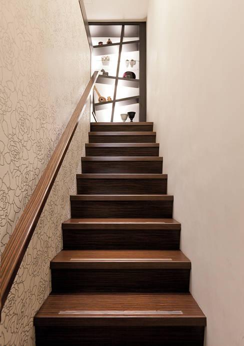 Projekty,  Korytarz, przedpokój zaprojektowane przez 芸采創意空間設計-YCID Interior Design