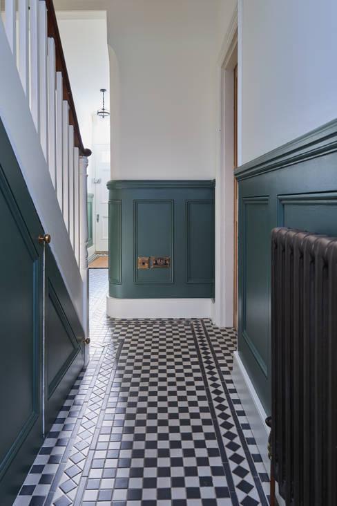 Ingresso, Corridoio & Scale in stile  di Purdom's Bespoke Furniture