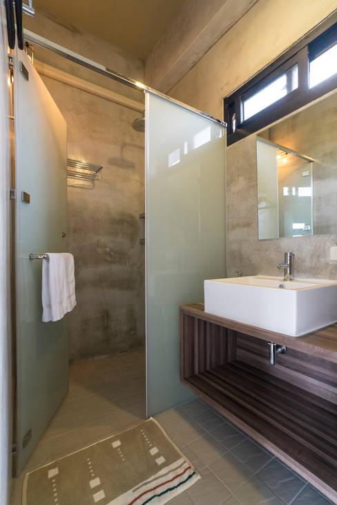 Bathroom by 築里館空間設計