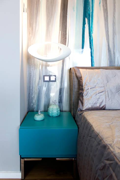 Dettaglio como' - lampada Artemide - parete resinata di fondo: Camera da letto in stile  di MBquadro Architetti
