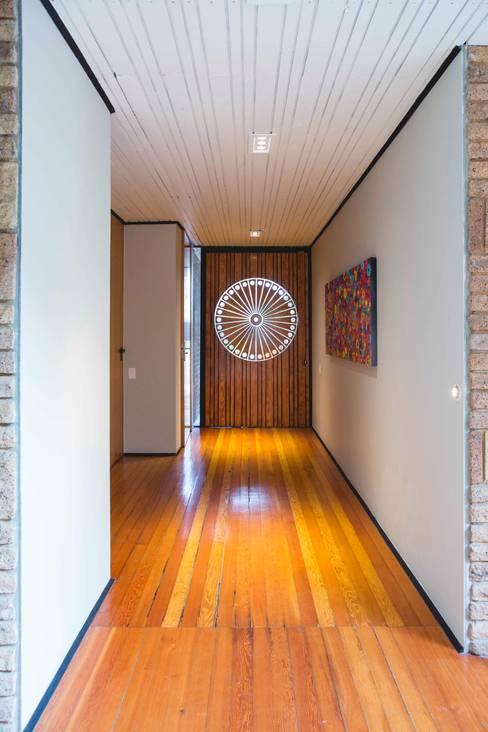 House Hoffman:  Corridor & hallway by Swart & Associates Architects
