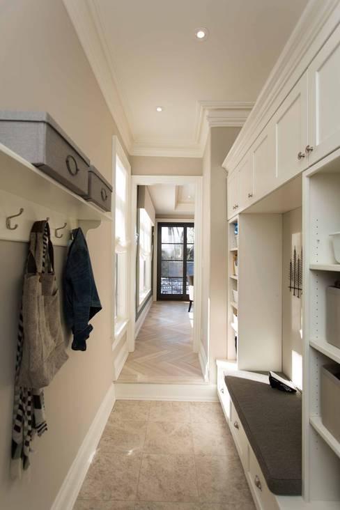 Mudroom:  Corridor & hallway by Frahm Interiors