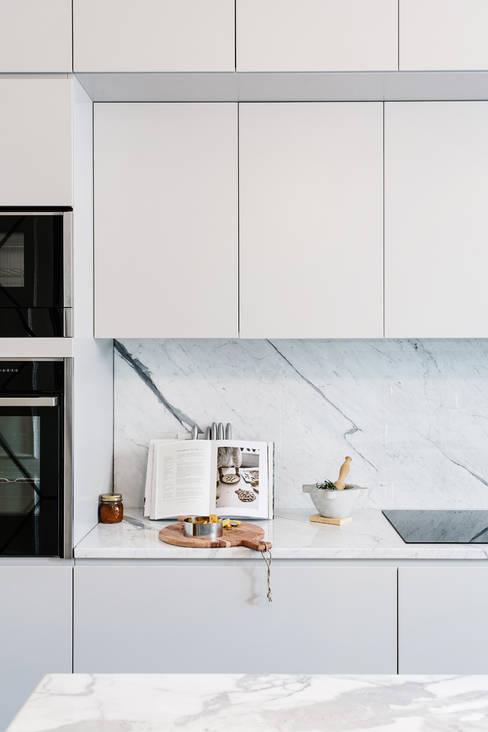 Dapur by NOMADE ARCHITETTURA E INTERIOR DESIGN