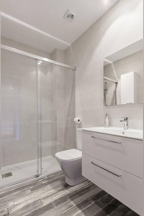 Baños de estilo  por Basoa Decoración