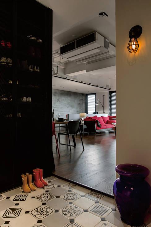 個性mix色感宅:  走廊 & 玄關 by 釩星空間設計