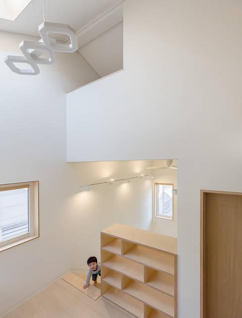 Pasillos y hall de entrada de estilo  por 소하  건축사사무소    SoHAA