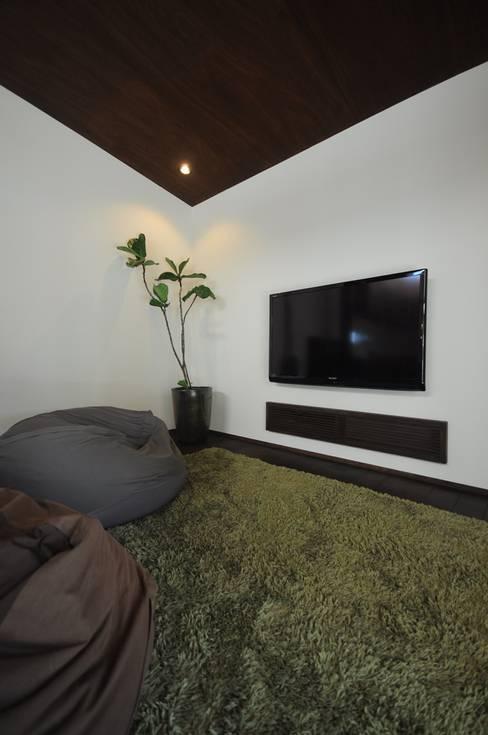 Living room by FrameWork設計事務所