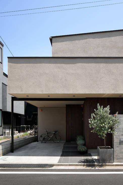 玄関アプローチと駐車場: atelier137 ARCHITECTURAL DESIGN OFFICEが手掛けた廊下 & 玄関です。