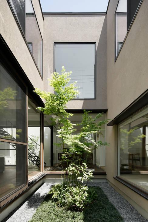 中庭: atelier137 ARCHITECTURAL DESIGN OFFICEが手掛けた庭です。