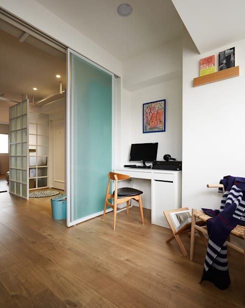 簡約的空間利用通透輕盈的玻璃拉門營造不同的使用區分及視覺感受:  書房/辦公室 by 弘悅國際室內裝修有限公司