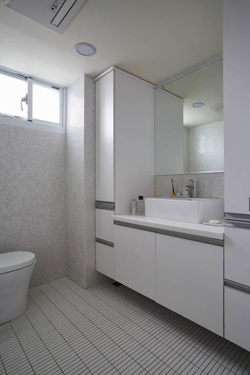 不同形狀的純白磁磚營造清爽潔淨的衛浴空間:  浴室 by 弘悅國際室內裝修有限公司