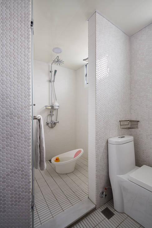 透過光線的折射在空間自然顯露出磁磚材質的變化與紋理:  浴室 by 弘悅國際室內裝修有限公司