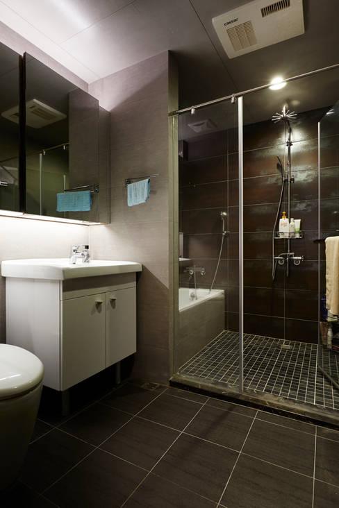 改建過後的衛浴足夠二人使用,與其兩個過小的衛浴設施不如一次豪邁地享受空間:  浴室 by 弘悅國際室內裝修有限公司