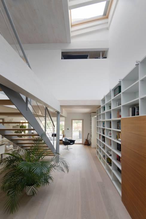 Casa SG: Ingresso & Corridoio in stile  di Studio Ecoarch