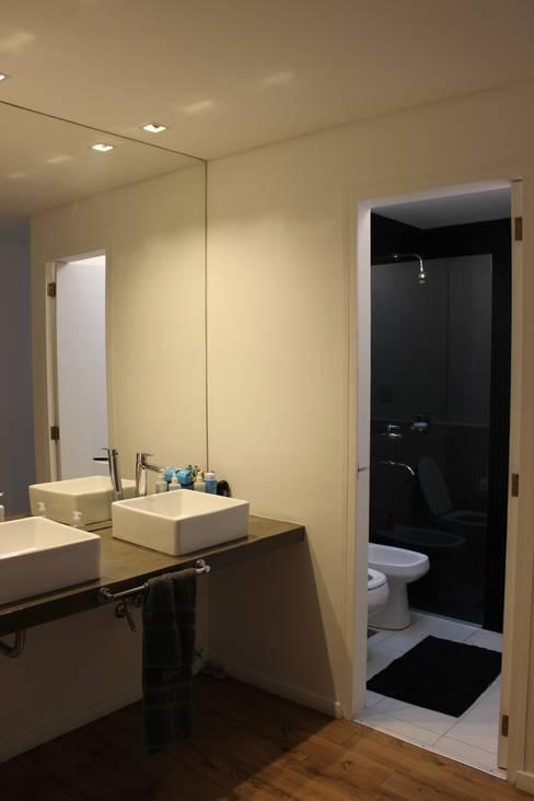Baños de estilo  por DUA Arquitectos